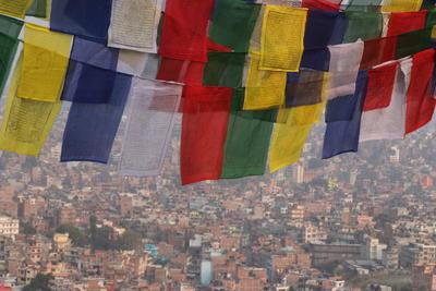 ネパールの風景と祈りの旗