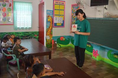 日本人学生ボランティアが特技を活かしてフィリピンの小学生に英語を教える様子
