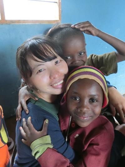 国際ボランティアに参加しアフリカの子供のケアをする日本人