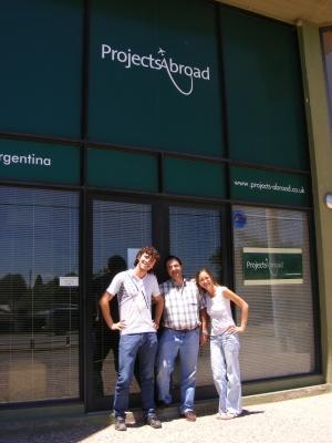 プロジェクトアブロードのアルゼンチンオフィスの前に立つボランティアとスタッフ