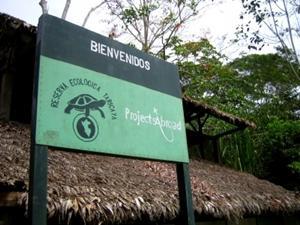 ペルー、アマゾン、環境保護プロジェクト、入口に立つプロジェクトアブロードの看板