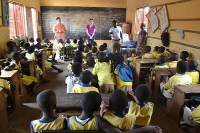 春休みの海外ボランティア ガーナの学校で医療アウトリーチ活動を行うボランティアたち