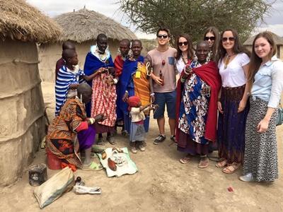 マサイ族コミュニティでボランティア活動するボランティアたち