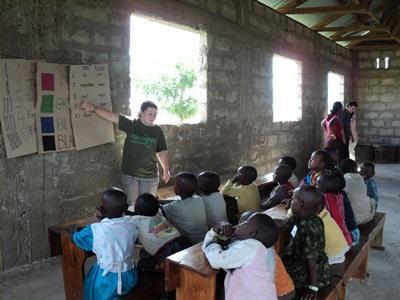 アフリカの小学校で活動する教育ボランティア