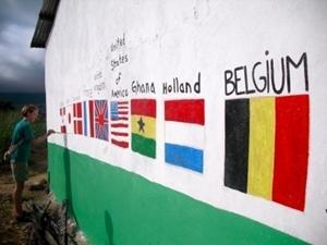 ガーナ、建築プロジェクト、仕上げに出身国の国旗を描くボランティア