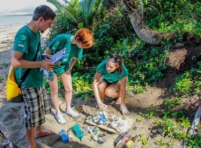 フィジーサメ生態保護プロジェクトボランティアたちがビーチでゴミ拾いをしている様子