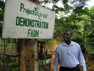 ガーナ農業プロジェクト 農園を訪問する現地スタッフ