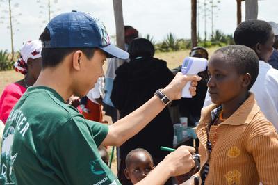 ケニアで医療アウトリーチ活動に貢献する医療インターンの様子