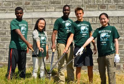 高校生の海外ボランティア アフリカのケニアで環境保護活動に参加中の多国籍な高校生ボランティアたち