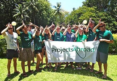 サメ生態保護プロジェクト、フィジー、プロジェクトアブロードの旗を持つボランティアたち