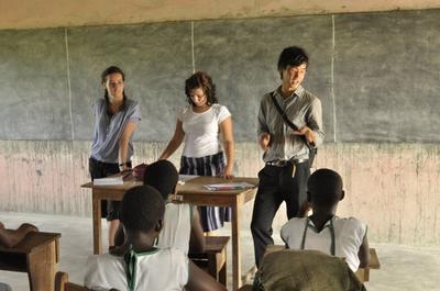 西アフリカのガーナの子供たちに人権について教育する社会人インターン