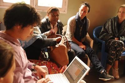 東アフリカのタンザニアでマイクロファイナンスインターンシップ 会議中の日本出身の社会人インターン