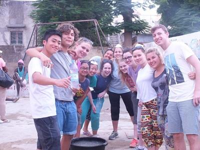 セネガルで活動する高校生ボランティアたち