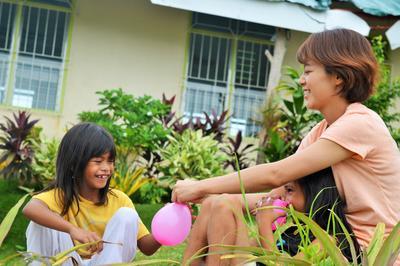 大学生の海外ボランティア フィリピンでチャイルドケアにあたる日本人女子大生