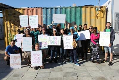 南アフリカの開発ボランティアと地元の人々