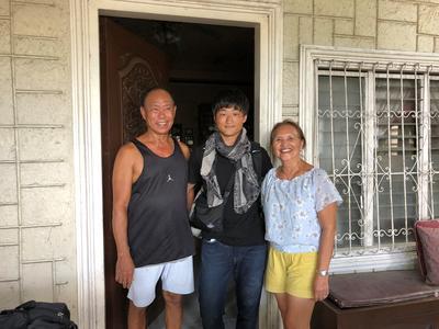 フィリピンで活動中の日本人ボランティアとホストファミリー