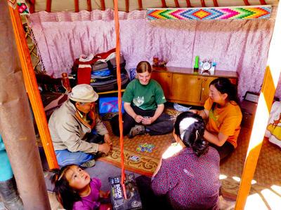 モンゴルの現地人ホストファミリーとボランティア