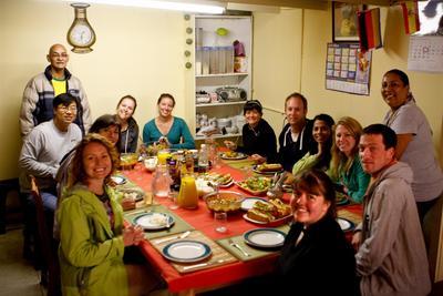 南アフリカで食卓を囲むボランティアとホストファミリー