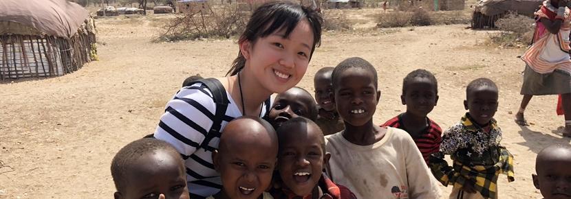 英語力に関わらず、アフリカで自分なりのチャイルドケア活動に励む日本人ボランティア