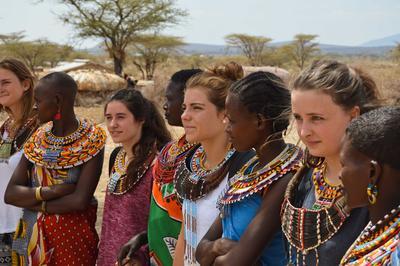 東アフリカのケニアで海外ボランティア サンブル族を訪問するボランティアたち
