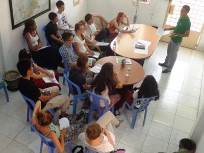 治安や生活に関する注意事項の説明を受けるプロジェクトアブロードのボランティア