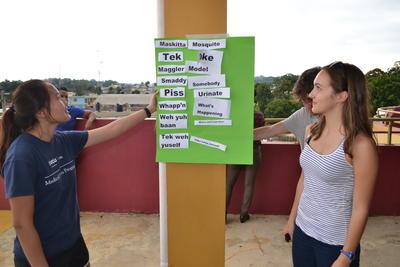 ジャマイカ到着後、オリエンテーションで現地語であるパトワ語を学ぶボランティアたち