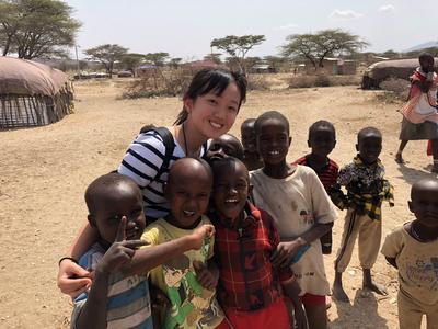 アフリカで子供のケア活動に取り組む日本人高校生ボランティアと笑顔あふれる現地の子供たち