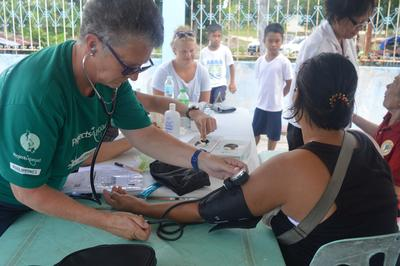 南太平洋の小学校でアシスタント先生として貢献するボランティアとサモアの子供たち