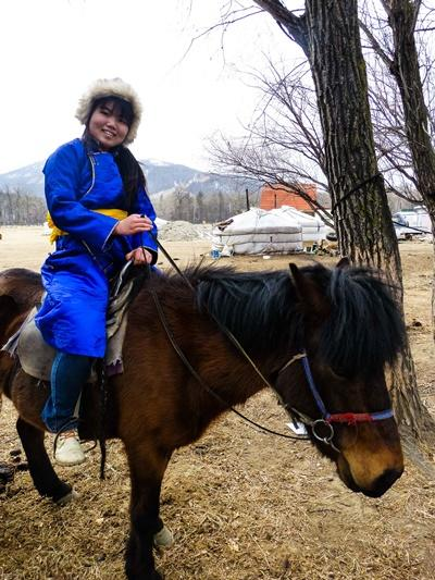 モンゴルで乗馬中の日本人