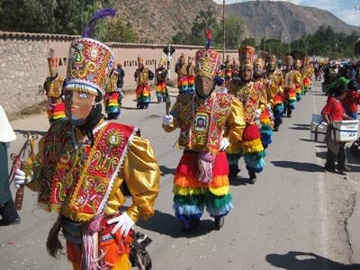 ペルー、聖なる谷のお祭りに伝統衣装で参加する現地人