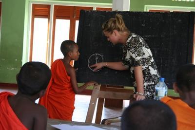 スリランカ、教育プロジェクト、学校で僧侶を教えるボランティア