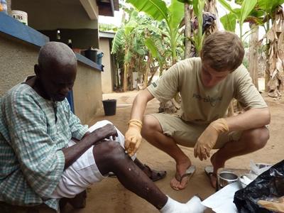ガーナ、ハンセン病の患者の足をチェックするボランティア