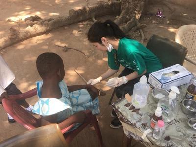 西アフリカのガーナで、訪問医療活動中の日本人医療インターン