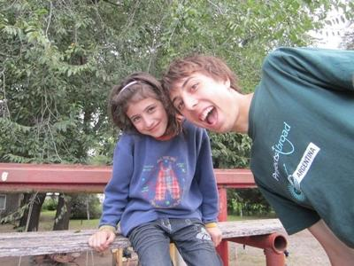 南米アルゼンチンにてボランティアと少女