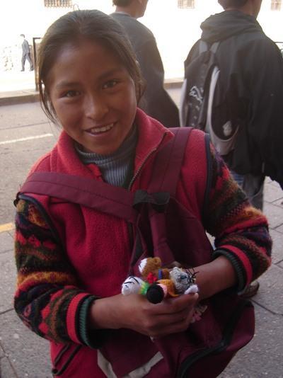 ボリビア、コチャバンバの道で物を売る女の子