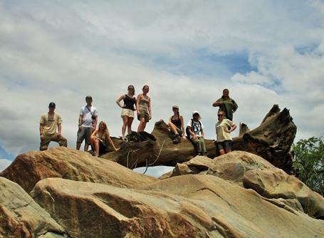 アフリカの大地で環境保護の海外ボランティア 活動中のボランティアの集合写真