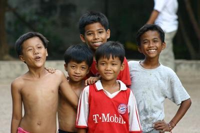 カンボジアの活動地の男の子たち