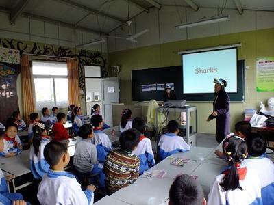 教育ボランティアの話を聞く中国の生徒たち