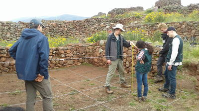 南米ペルーで遺跡発掘作業にあたる考古学ボランティアたち