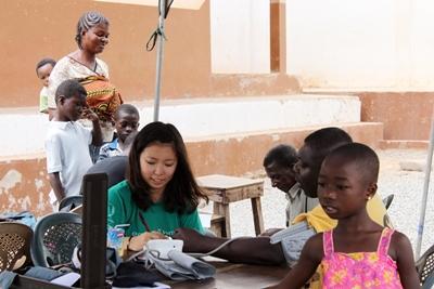 ガーナで看護師としてボランティアする日本人