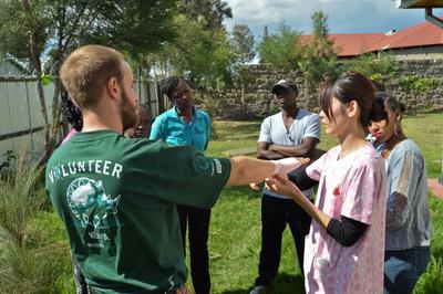 ケニアで応急処置を指導する日本人インターン