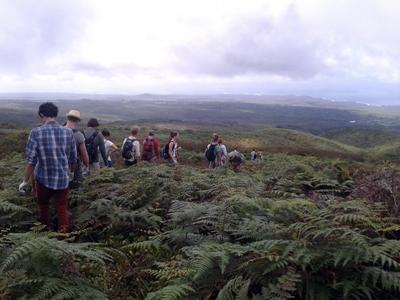 ガラパゴス諸島をハイキングするボランティアたち
