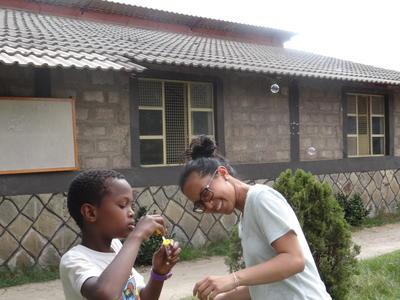 エチオピアで子供のケアの海外ボランティアに貢献する日本人ボランティア