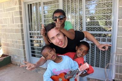エチオピアの孤児院でチャイルドケア活動をするボランティア