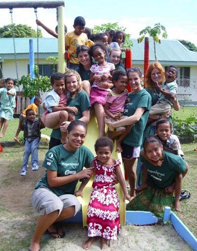 フィジー、ナディの遊び場で子どもたちと戯れるボランティアたち
