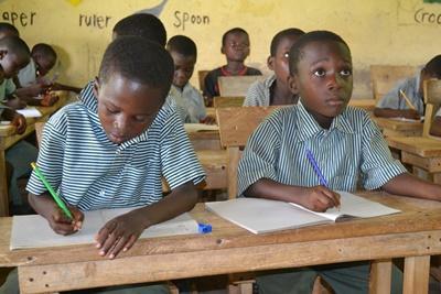 小学校で勉強するガーナの子供たち