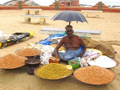 インド、豊富な食材を売るインド人男性
