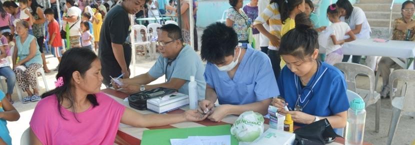 東南アジアのフィリピンで医療アウトリーチ活動中の日本人インターン