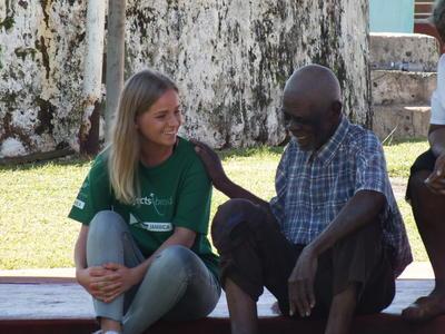 ジャマイカで国際協力に貢献しながら、現地に暮らす人々と交流するボランティアの様子