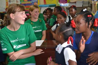 カリブ海のジャマイカで学校教育に貢献するボランティアたちの様子